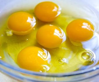 Knäckta ägg i skål av glas