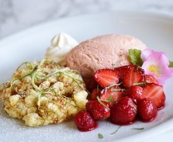 Rabarberglas, limemarinerade jordgubbar och friterade fläderblommor