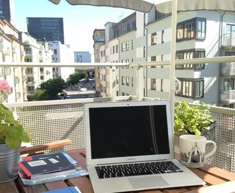 Läser PS-bloggar på balkongen