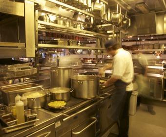 Restaurangkök med proffskockar