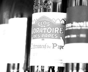hylla med fina viner
