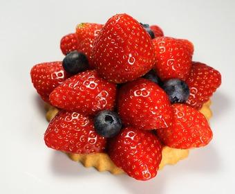 kaka med jordgubbar och blåbär